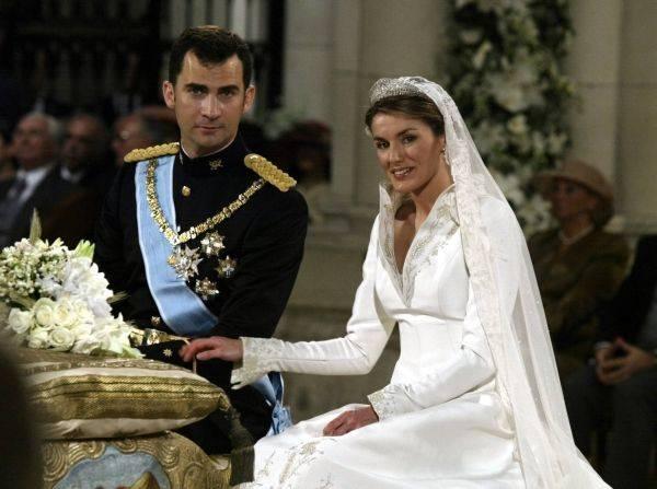 la princesse Letizia Ortiz était tout simplement sublime dans cette robe conçue par Manuel Pertegaz : une robe blanche avec un voile de soie fluide et une traîne brodée de plus de 4 mètres.