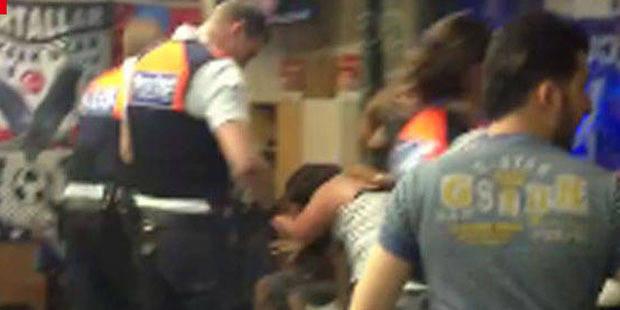 Intervention musclée dans un café à Anvers: une plainte déposée contre la police - La Libre