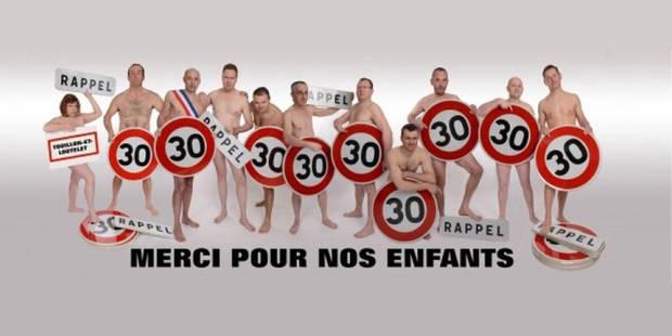 France: onze élus nus affichés à l'entrée d'un village - La Libre