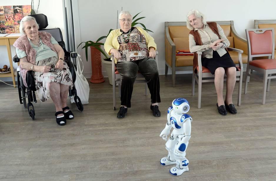 Le robot zora coach pour seniors dans une maison de for Aides pour maison de retraite