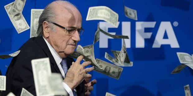 Sepp Blatter arrosé de billets en conférence de presse (VIDEO) - La Libre