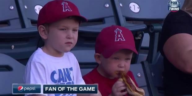 Ce petit garçon galère avec son hot-dog - La Libre