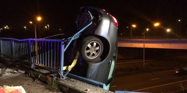 Gosselies: une voiture suspendue au-dessus de l'autoroute A54 (VIDEO) - La Libre