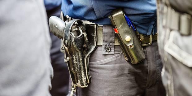 Armer les policiers 24 heures sur 24, un choix risqué ? - La Libre