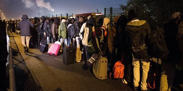 """2.318 migrants ont quitté la """"Jungle"""" de Calais, soit un tiers, selon Cazeneuve - La Libre"""