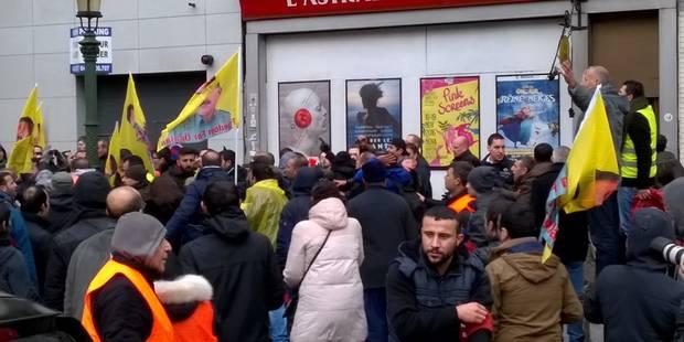 Quelque 2.000 personnes ont défilé à Bruxelles contre le régime d'Erdogan, un homme frappé par un groupe d'individus - L...