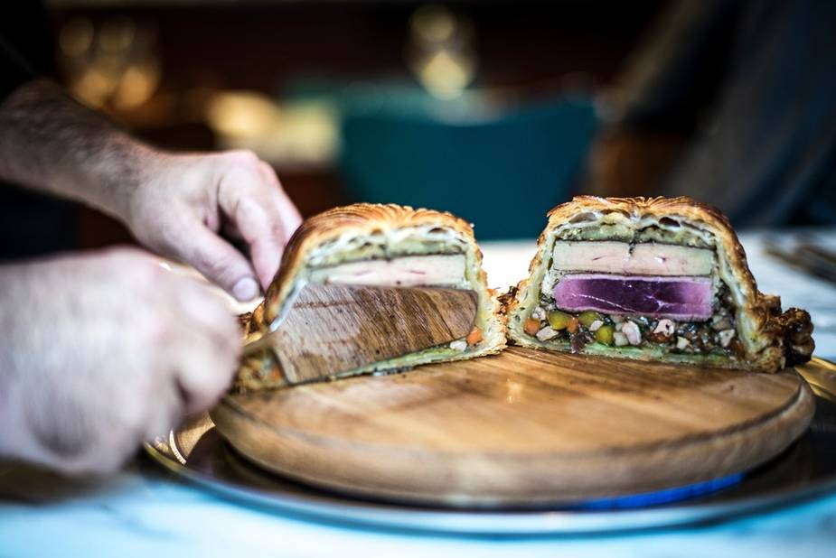A l'intérieur de la pâte : foie gras et magret de canard, sur un matelas de légumes.