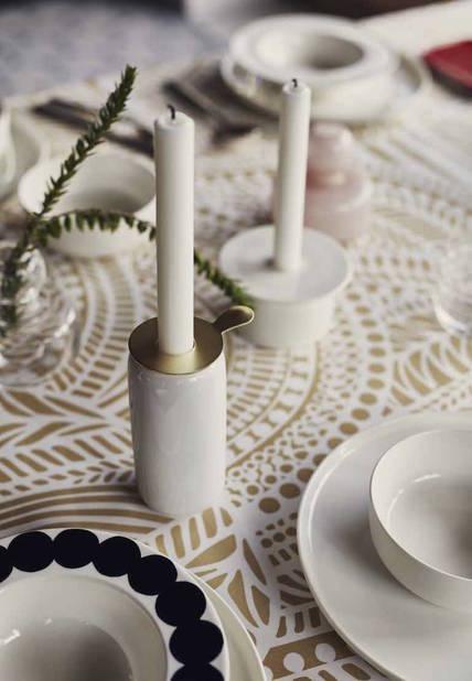 C'est l'élément central d'une table de fête : la nappe ou le chemin de table, à choisir selon le style et les couleurs de la salle à manger. Pour les fêtes de fin d'année, on peut sortir de l'ordinaire en choisissant des tissus imprimés.  Chemin de table Marimekko en coton, 44€.