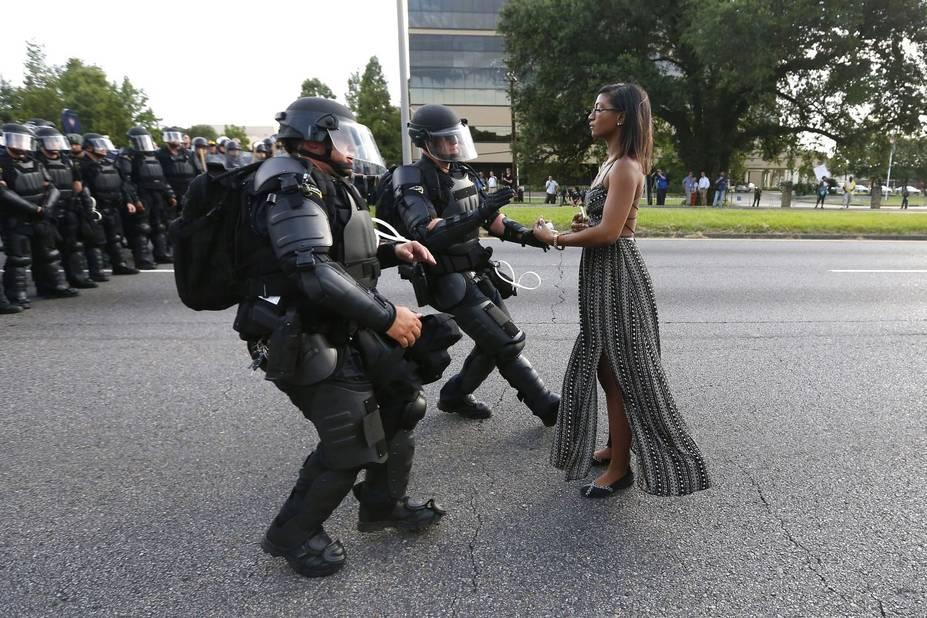 ***1er prix Contemporary Issue*** Singles  Leshia Evans se fait arrêter par des policiers lors d'une manifestation contre la violence policière à Baton Rouge (Louisiane) le 9 juillet 2016.