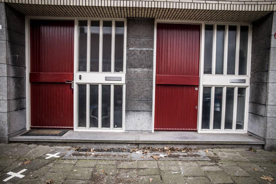"""La frontière belgo-néerlandaise fut entérinée en 1995. A cette époque, Miss de Bont, 85 ans, pensait habiter la Belgique, mais lors du tracé de la frontière, il s'avéra que la porte d'entrée de la maison de la vieille dame était sur le territoire néerlandais. On demanda à Miss de Bont de changer de nationalité. """"Pas question !"""", répondit-elle. Le bourgmestre d'alors, Fons Cornelissen, trouva une solution : déplacer la structure de la porte d'entrée de Miss de Bont de l'autre côté de la frontière. Et l'octogénaire put rester belge."""