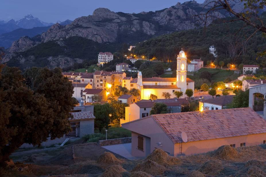 Le village de Piana, à la nuit tombée