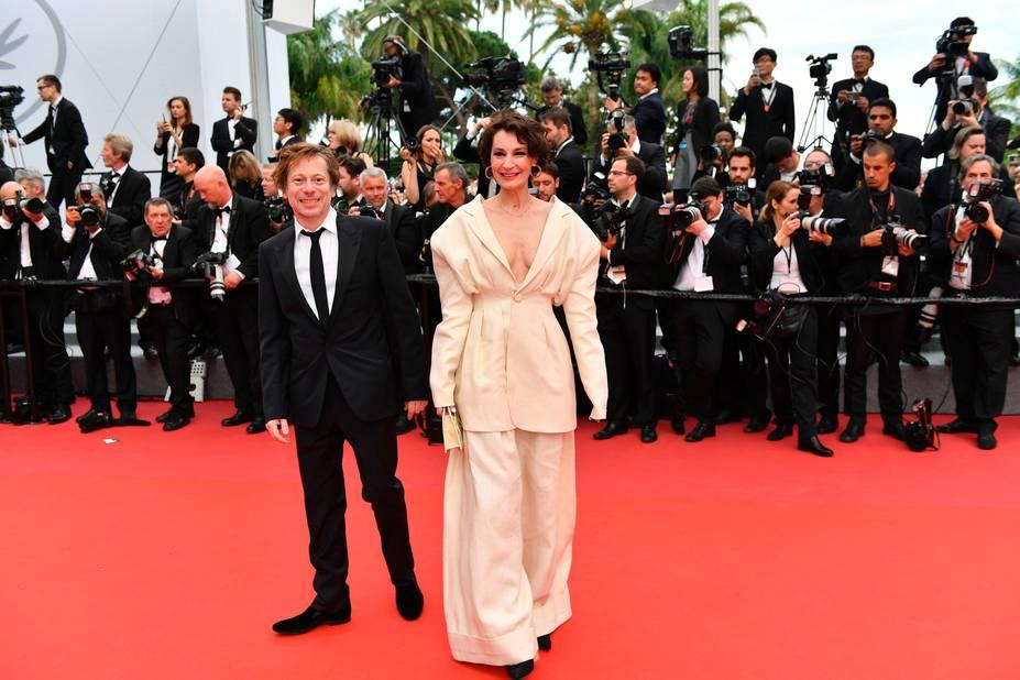 Mathieu Amalric et Jeanne Balibar dans un ensemble pas des plus élégants signé du créateur Jacquemus qu'elle adore. Pour le film