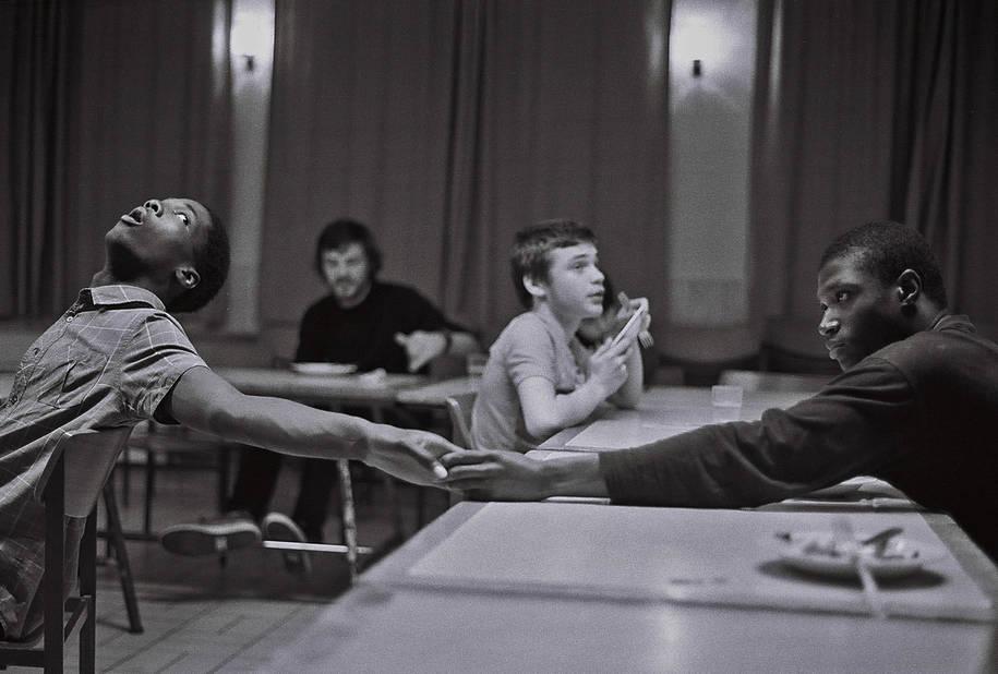 Evens et Marlone « A distance, deux mains permettant le contact que le regard évite par sa fuite. »