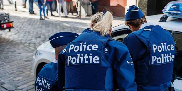 """Pas d'uniforme pour les nouveaux policiers, en colère: """"Certains ont dû acheter des pantalons, ils n'en avaient reçu auc..."""