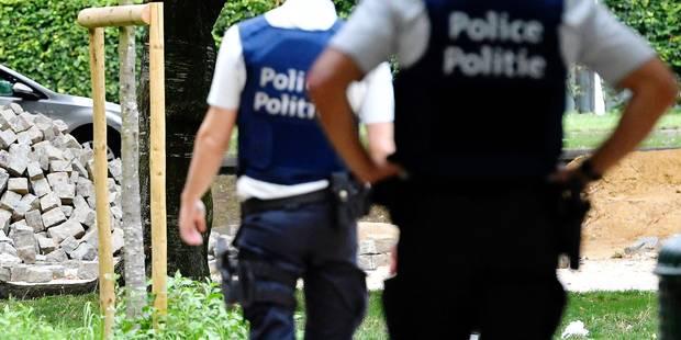 """Deux policiers condamnés pour avoir jeté un illégal comme """"un vulgaire déchet encombrant"""" - La Libre"""