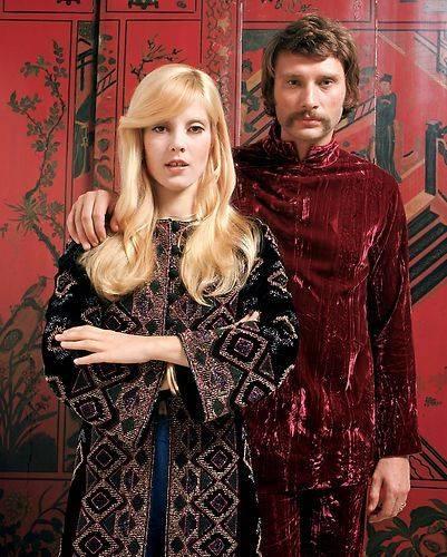 Avec Sylvie Vartan, il joue la carte hippie à fond. Cette tunique en velours rouge et cette moustache en fer à cheval en sont la preuve.