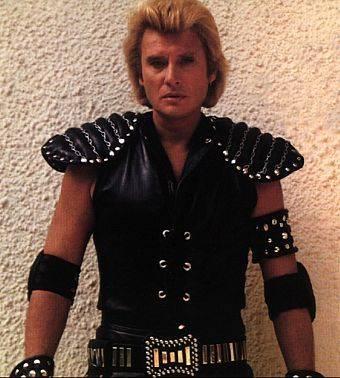 Dans les années 1980, Johnny se la joue Mad Max du rock'n'roll. À cette époque, ses tenues de scènes sont souvent en cuir.