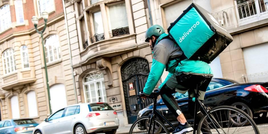Des coursiers Deliveroo devant le siège bruxellois de l'entreprise