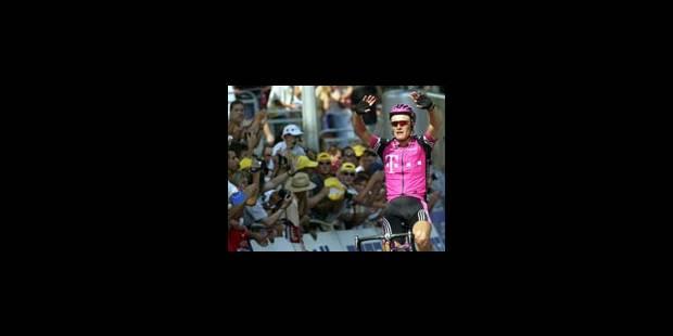 Vinokourov sur le podium, Beloki sur le brancard