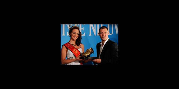 Jovanovic a reçu le Soulier d'Or des mains de Miss Belgique