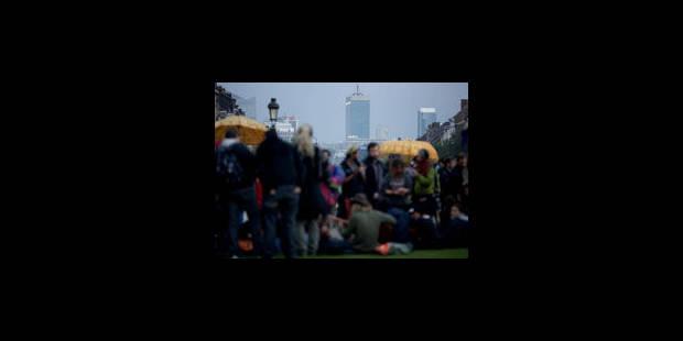 """Les """"indignés"""" s'installent dans un parc bruxellois, malgré une interdiction - La Libre"""