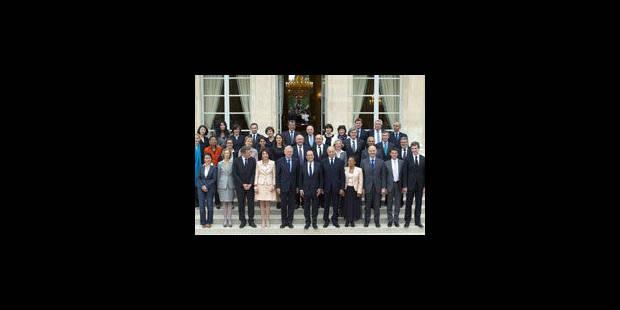 Hollande réunit son gouvernement et baisse son salaire de 30%