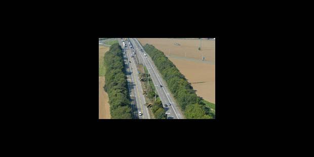 E42 : un camion chargé d'huile d'olive sur le flanc - La Libre