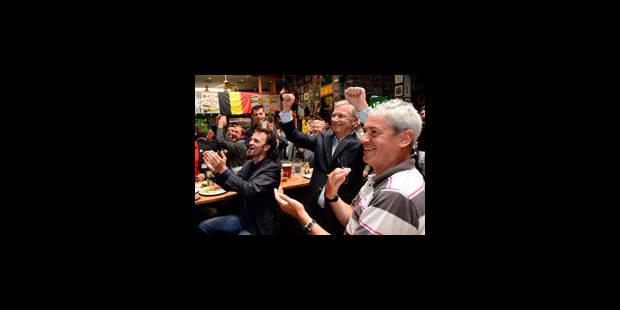 Le Prince Philippe célèbre la victoire des Diables dans un bar