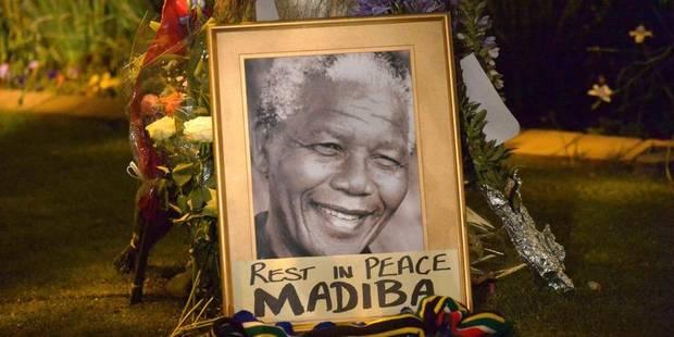 Veillée improvisée devant la maison de Nelson Mandela à Johannesburg - La Libre