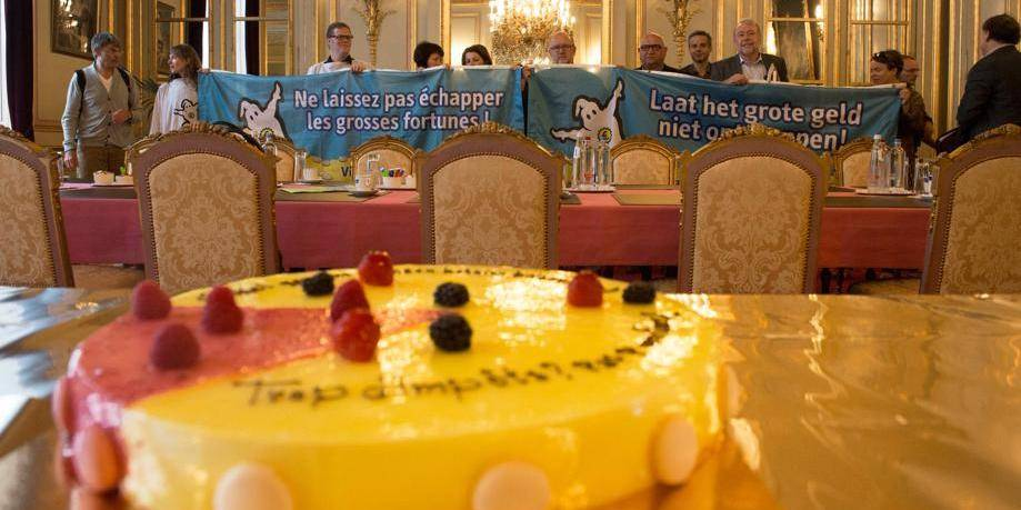 Koen Geens reçoit une tarte symbolisant l'injustice fiscale