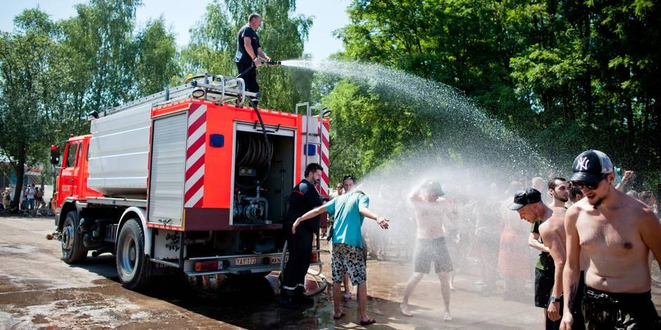 Dour Festival: les pompiers arrosent les festivaliers