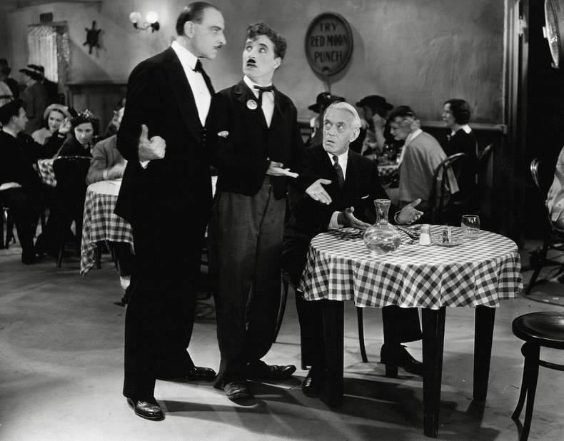 Charlie Chaplin n'était pas Charlot sans cette moustache. Il jouera de la ressemblance de sa moustache avec celle d'Hitler dans Le Dictateur, en 1940, film qui le parodie.