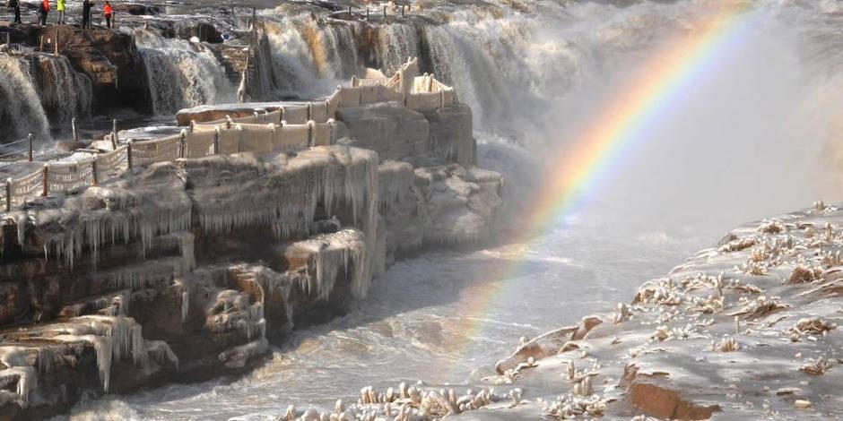 Des chutes d'eau glacées émerveillent la Chine