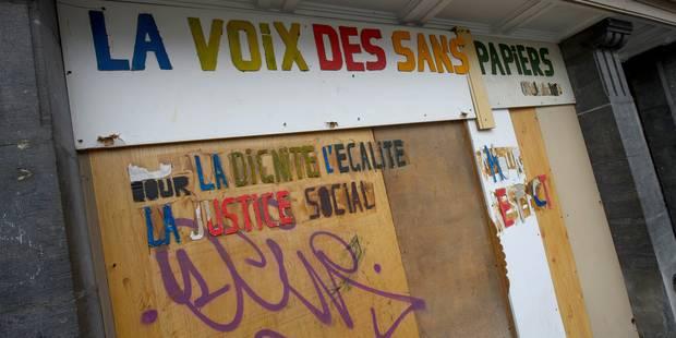 Une centaine de sans-papiers manifestent devant le cabinet Francken et le siège du CD&V - La Libre