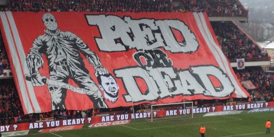 """Defour """"décapité"""" par les supporters du Standard: le tifo qui choque et scandalise (Photos)"""