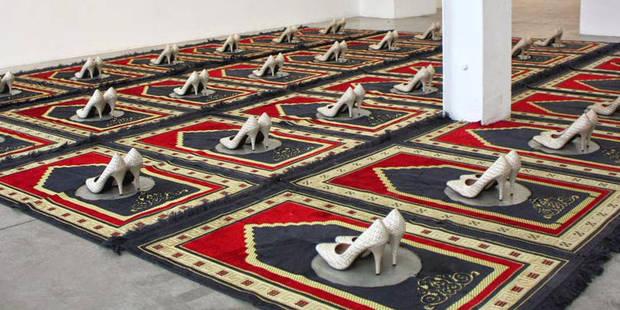 Une oeuvre représentant des escarpins et tapis de prière censurée à Clichy - La Libre