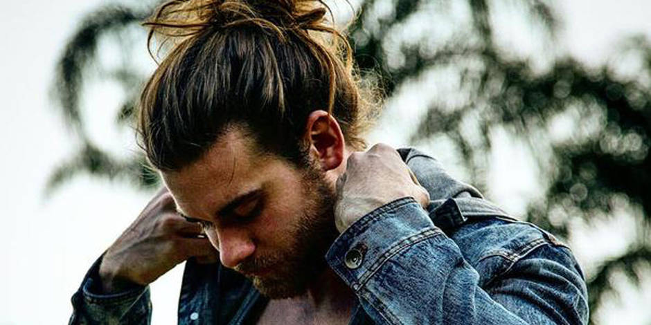 Cheveux long homme police