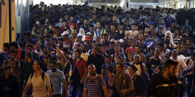 Des milliers de réfugiés débarquent au Pirée - La Libre
