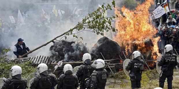 Les photos impressionnantes des affrontements entre agriculteurs et policiers - La Libre