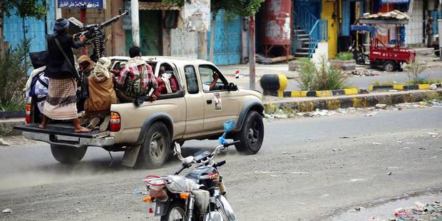 Fighters loyal to Yemen's exiled President Abedrabbo Mansour Hadi, ride a vehicle mounted with a heavy machine gun during clashes with Shiite Huthi rebels at a military site near the country's third-largest city of Taez on September 9, 2015. Gulf Arab monarchies have sent thousands of heavily armed troops to reinforce loyalists in Yemen in the battle against Iran-backed rebels, media reported earlier in the week. AFP PHOTO / AHMAD AL-BASHA