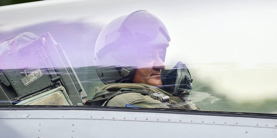 20150720 - PEER, BELGIUM: Minister of Defence and Public Service Steven Vandeput pictured in the cockpit after a test flight with an F16 fighter aircraft after a press conference about the results of Operation Desert Falcon in Iraq, Monday 20 July 2015, in Peer. BELGA PHOTO LUC CLAESSEN
