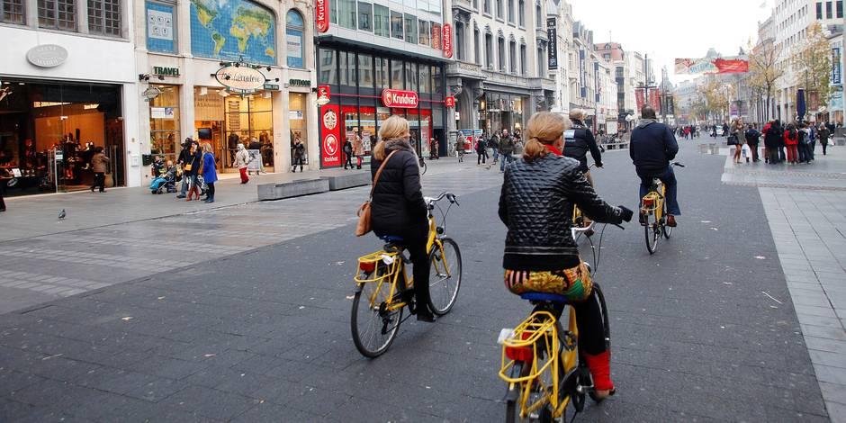 Vélos sur le Meir, artère commerciale en piétonnier.