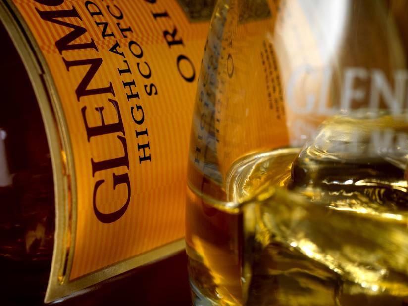 Un cadeau venu d'Ecosse ! Ce whisky de dix ans d'âge a remporté cette année une double médaille d'or lors de la prestigieuse San Francisco World Spirits Competition...   Glenmorangie The Original, disponible à partir de 35 € chez les cavistes et en grande surface.