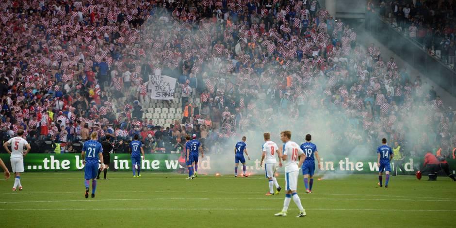 Hold up de Tchèques en blanc face à la Croatie (2-2), débordements en tribunes (VIDEOS)