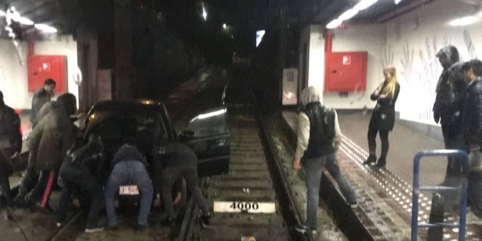 Bruxelles: une voiture se retrouve sur les rails du tram de la station Lemonnier (PHOTOS)