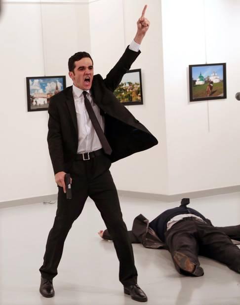 ***World Press Photo de l'année***  Mevlut Mert Altintas crie après avoir abattu l'ambassadeur russe en Turquie le 19 décembre 2016