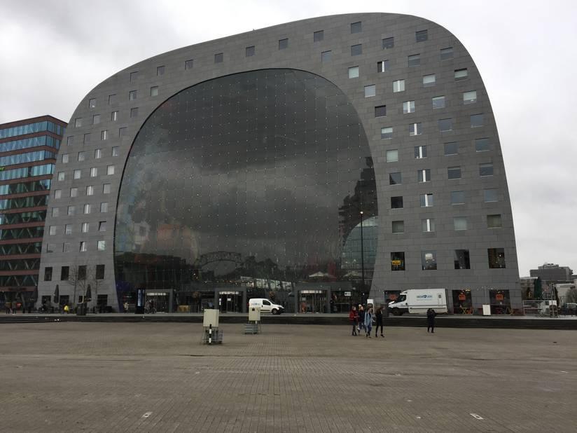 Conçu par l'architecte Winy Maas, le bâtiment en forme d'arche constitue une prouesse technique.