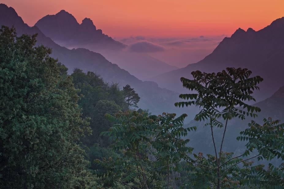 Impressions asiatiques depuis les montagnes corses au soleil tombant...