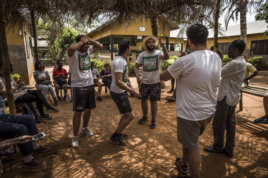 Ferme de Sakété, avec l'athénée Alfred Verwée et Via Don Bosco.   Bilal, Abdel, Mikail et Momo de dos font la promo de leur freestyle aux jeunes de la ferme.