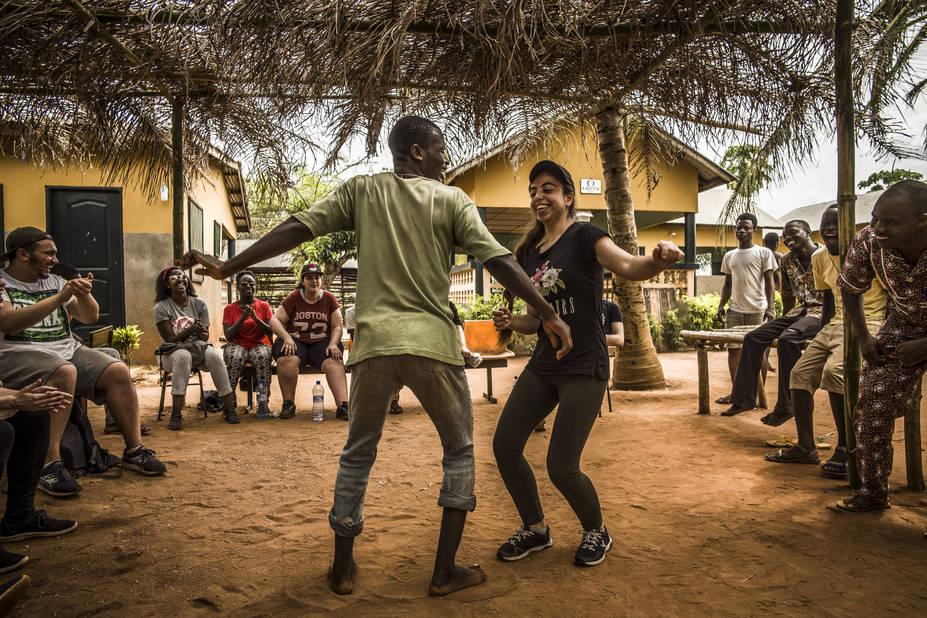 Marc, le psychologue de Don Bosco et Eda dansent pour l'assemblée. Eda ne danse quasiment jamais en Belgique. Là elle a adoré.